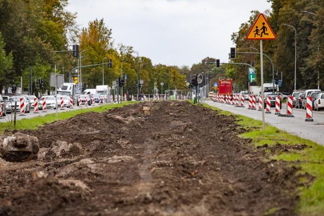 Trwa przebudowa torowiska na ul. Ptaszyckiego i al. Jana Pawła II. Z powodu prac zawężono przejazd dla aut i tworzą się korki.