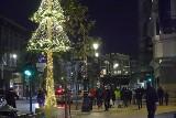 Iluminacja Piotrkowskiej. Zobacz Piotrkowską rozświetloną na święta! Leśna dekoracja świąteczna, miejska choinka i napis Kocham Łódź