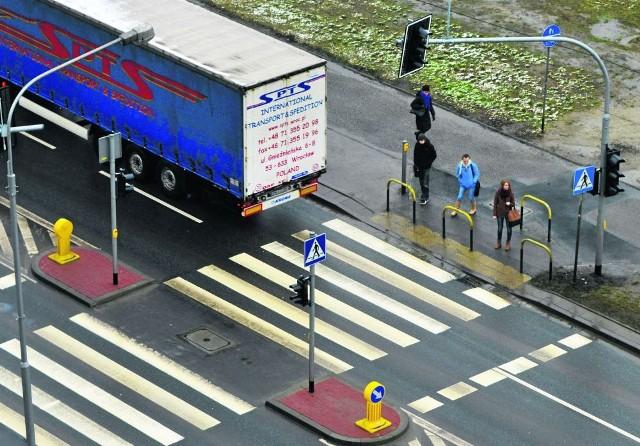 Na odcinku ulicy Popowickiej między Rysią a Zajęczą, gdzie stanęły nowe światła, często dochodzi do potrącenia pieszych. Od początku roku już dwie osoby trafiły do szpitala po zderzeniu z autem