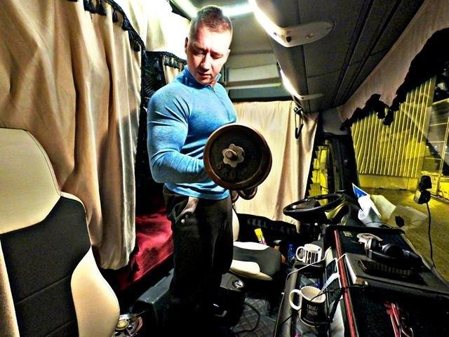 31-letni Adrian Poździej z Brzezin jest kierowcą ciężarówki. Nie narzeka jednak na spowodowany siedzącą pracą brak kondycji. Każdą przerwę w jeździe wykorzystuje bowiem na treningi siłowe.Czytaj więcej na następnej stronie i zobacz zdjęcia