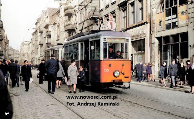 Rok 1970, ostatni kurs tramwaju przez ulicę Szeroką.Zdjęcie Andrzeja Kamińskiego, współcześnie pokolorowane.
