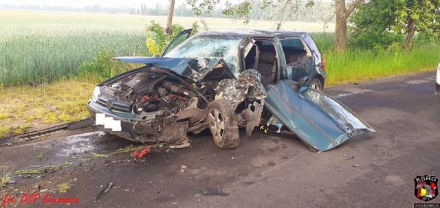 W niedzielny poranek (24 maja) na drodze Szarlej - Karczyn (gmina Kruszwica) doszło do poważnego wypadku. Samochód osobowy marki Volkswagen Golf uderzył w drzewo. Dwie osoby trafiły do szpitala.
