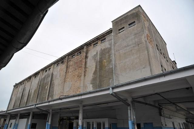 Monumentalny budynek chłodni powstawał w latach 1952-54. Chociaż panował wtedy socrealizm, obiekt jest przykładem kontynuacji przedwojennego modernizmu.