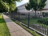 Zakończyła się budowa nowego ogrodzenia przed Zespołem Szkół nr 1 w Koluszkach