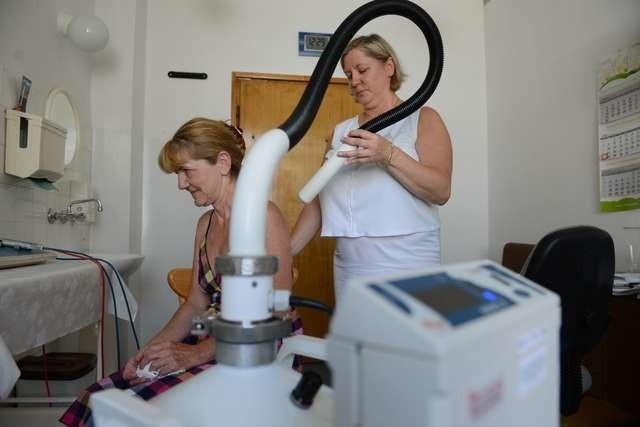 Poradnia rehabilitacyjna, po przeniesieniu z piwnicy na parter, została dołączona do poradni geriatrycznej. Na zdjęciu: fizjoterapeutka Małgorzata Krawczyk-Misiura podczas wykonywania zabiegu