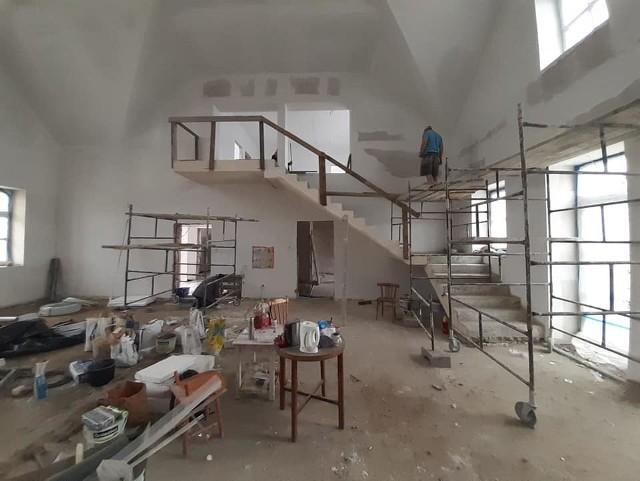 Trwa modernizacja sali wiejskiej w Łąkiem. Obiekt będzie gotowy w tym roku. Koszt prac (razem z zagospodarowaniem terenu) to około 1,2 mln zł. Prace wykonuje firma Ankra-Bis.
