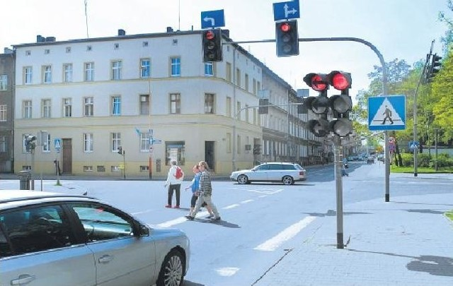 U zbiegu ulic Piłsudskiego i Konopnickiej sygnalizatory pomagają przejechać to ruchliwe skrzyżowanie.Kiedy nie działają, pierwszeństwo mają auta jadące ul. Konopnickiej.