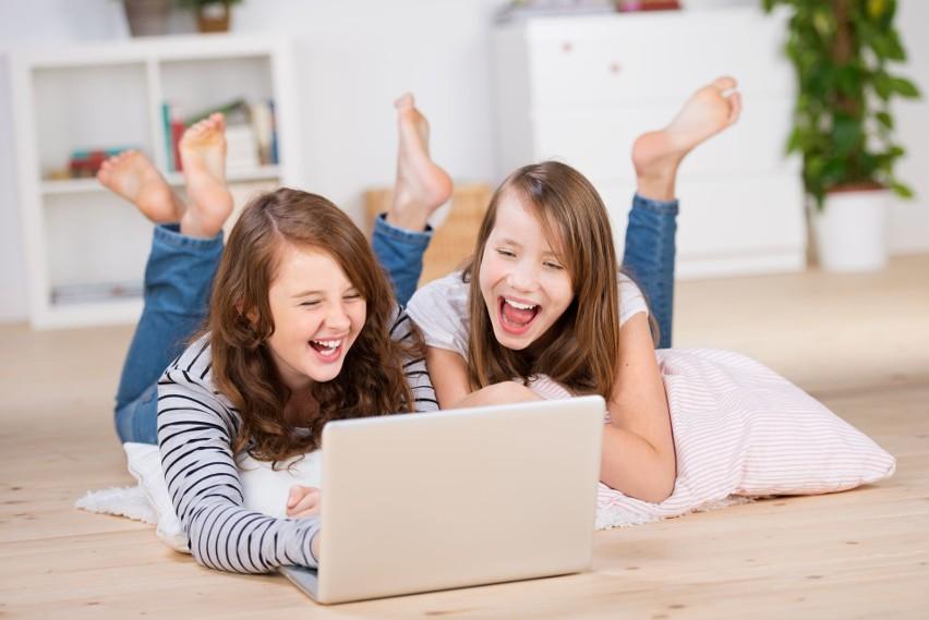 Koronawirus nie zwalnia z nauki. Zdalne lekcje dla uczniów, mogą uczyć się online. MC i MEN podpowiada - to nie ferie