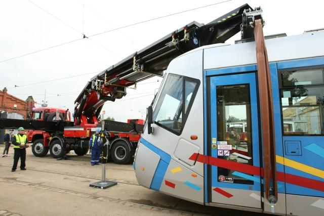Dźwig MPK podnosił na razie tramwaje tylko na pokazie w zajezdni