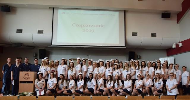 54 studentów pielęgniarstwa złożyło ślubowanie i odebrało swoje czepki.