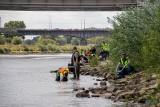 """Stan wody w Warcie systematycznie się obniża i obnaża """"skarby"""" rzeki. Wyrzucone butelki, lodówki, opony, a nawet wraki samochodów"""