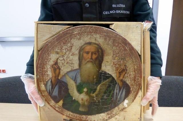Funkcjonariusze podlaskiej Służby Celno-Skarbowej z Połowiec podczas szczegółowej kontroli opla merivy kierowanego przez 52-letniego Białorusina znaleźli dwie ikony. Jedna z nich ukryta była w opakowaniu po czekoladkach, druga natomiast znajdowała się specjalnie spreparowanej drewnianej skrzynce.