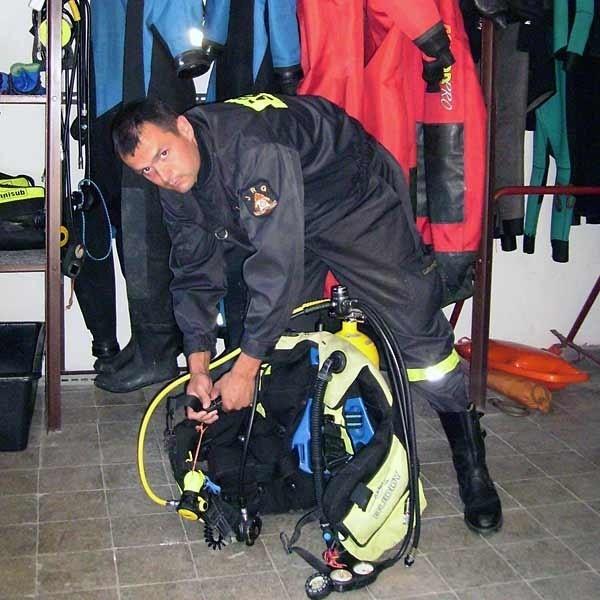 Tomasz Soból, jest jednym z najlepszych i najsprawniejszych strażaków z grupy wodno - nurkowej w Tarnobrzeskiej Straży Pożarnej.