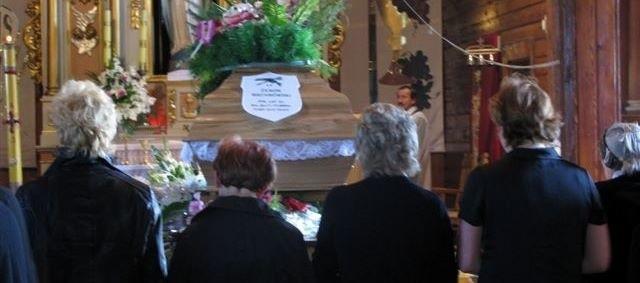 Członkowie rodziny zmarłego zaczęli kolejno wychodzić z kościoła. Opuszczali świątynię ze łzami w oczach