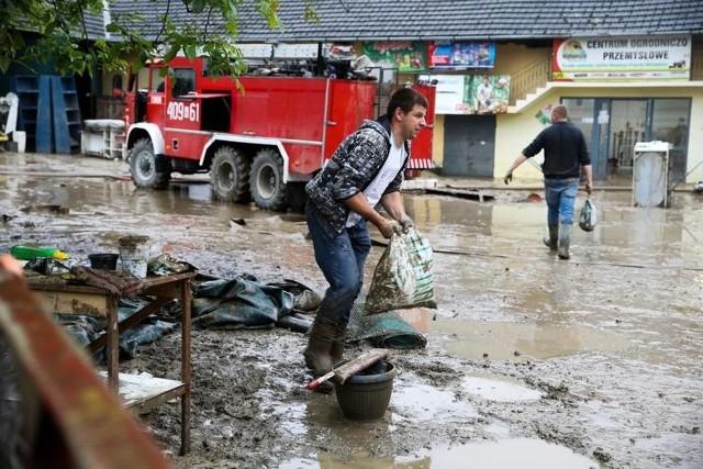 M.in. mieszkańcy Łapanowa walczą ze skutkami powodzi