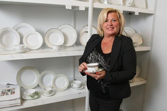 Zakłady Porcelany Ćmielów zaprezentowały między innymi zestawy obiadowy i kawowy Bolero dla 12 osób, zdobione złotem i platyną w cenie odpowiednio 825 i 513 złotych. Prezentuje je Grażyna Chlewicka.