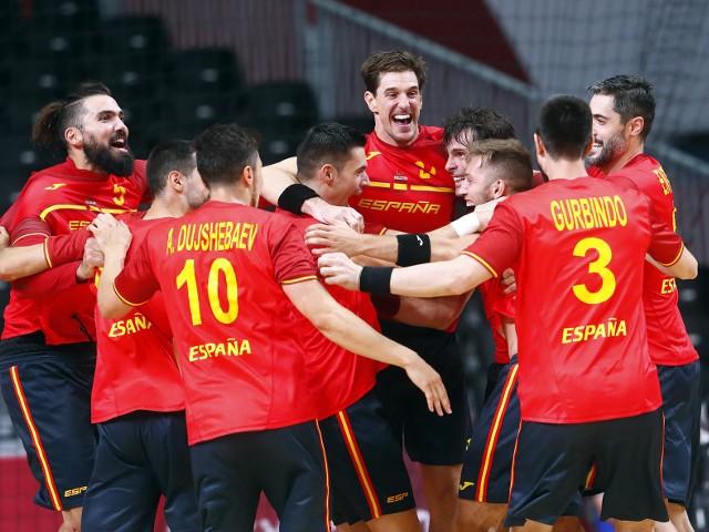 Radość hiszpańskich piłkarzy ręcznych po wygranej nad Norwegią.