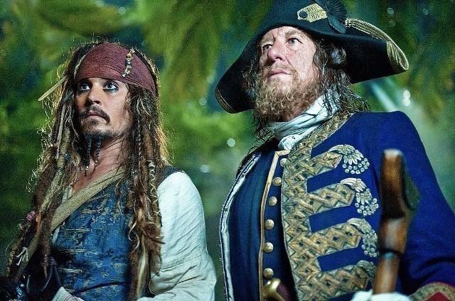 """""""Piraci z Karaibów: Na nieznanych wodach""""Pozycja obowiązkowa. Jack Sparrow nie ustaje w poszukiwaniach źródła młodości. Przed kolejną wyprawą zostaje pojmany przez Anglików. Chcą oni, by dołączył do dowodzonej przez jego wroga, Hectora Barbossę, rządowej ekspedycji, która także chce odnaleźć mityczne źródło. Jackowi udaje się uciec, ale to dopiero początek niesamowitych przygód, które go czekają. W portowej tawernie spotyka dawną znajomą, Angelikę, córkę okrutnego pirata, Czarnobrodego. Kobieta i jej ojciec postanawiają wykorzystać Jacka i z jego pomocą dotrzeć do źródła młodości.Emisja: TVP1, godz.21:20"""