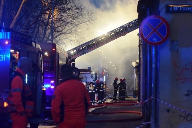 Kiedy strażacy dotarli na miejsce, budynek stał w ogniu. Pożar gasiło 14 zastępów
