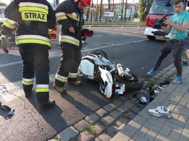"""Do tragicznego wypadku motocyklisty z """"elką"""" doszło w połowie czerwca na wysokości stacji paliw Lotos w Grudziądzu. Do dziś palą się w tym miejscu znicze."""