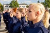 Białystok. Blisko 80 nowych funkcjonariuszy wstąpiło w szeregi podlaskiej policji. Zobacz zdjęcia ze ślubowania