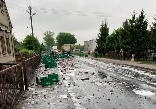 W środę przed południem we wsi Przybychowo na trasie Czarnków-Oborniki z naczepy ciężarówki wypadły skrzynki z piwem.