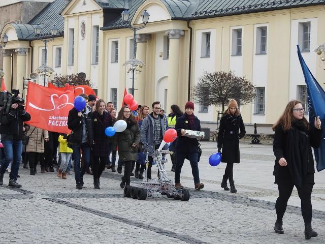 W sobotę (16 listopada) Szlachetna Paczka i Akademia Przyszłości zorganizowały w centrum marsz inaugurujący tegoroczną edycję imprezy. Uczestnicy przeszli przez centrum miasta.