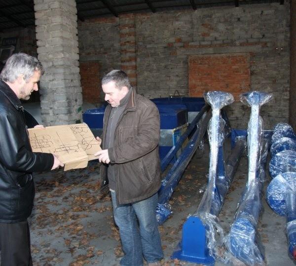 Jako jedni z pierwszych zobaczyliśmy aerator. Pokazali nam go wójt Waldemar Kampa i Piotr Dziedzic, kierownik referatu ochrony środowiska.