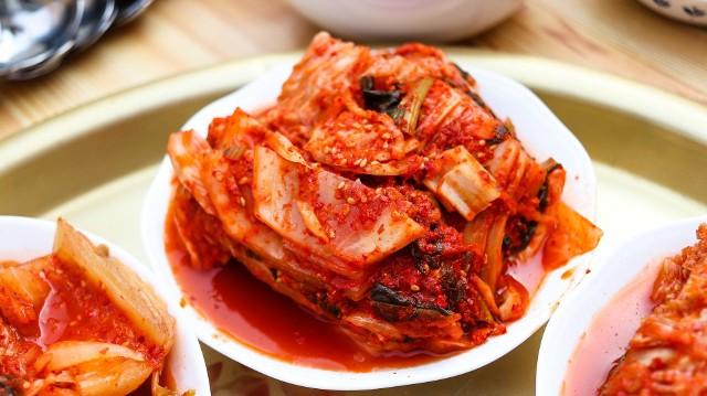 Kimchi można jeść samodzielnie, a także dodawać do potraw – niekoniecznie kuchni koreańskiej!