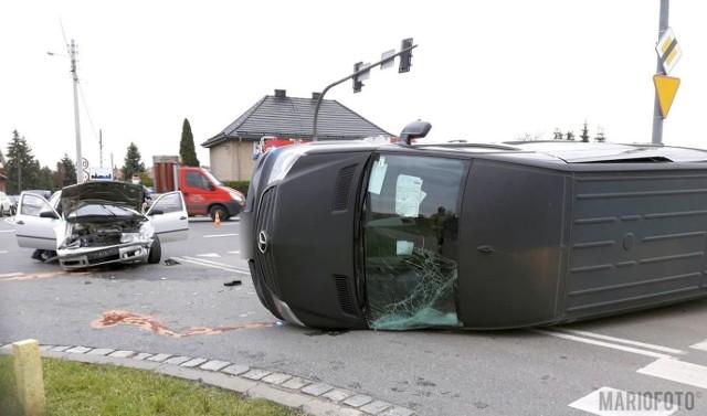 Wypadek w Chrząstowicach na drodze krajowej nr 46. Kierowca skody wjechał na skrzyżowanie na czerwonym świetle i zderzył się z mercedesem