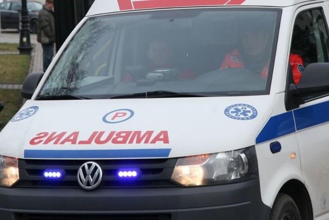 19-latka z urazami twarzy i głowy trafiła do szpitala.