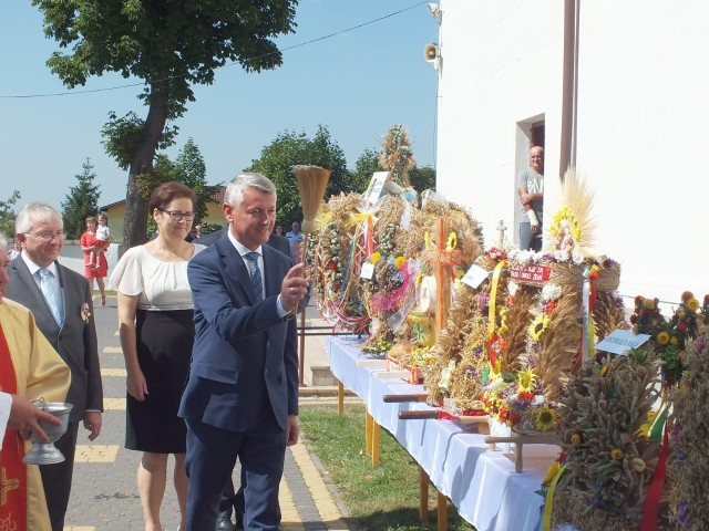 Zaszczytu święcenia wieńców dostąpił także Mirosław Seweryn, wójt Mirca.