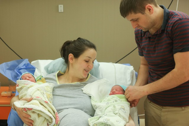 Jako pierwszy, 23 minuty po północy, urodził się Franek. Chłopiec waży 2,82 kg i ma 53 cm wzrostu. Jego siostra przyszła na świat dwie minuty później. Ma o centymetr więcej i waży równe 2,9 kg. - Maleństwa są zdrowe i na razie grzecznie śpią. To moje pierwsze dzieci. Termin rozwiązania był wyznaczony właśnie na 1 stycznia, ale nie spodziewałam się, że bliźnięta urodzą się tuż po północy - mówi Agata Cieślak, mama noworodków. W pozostałych rzeszowskich szpitalach także nie zabrakło noworocznych porodów. Przy ul. Rycerskiej, 50 minut po północy, urodził się chłopiec ważący 3,35 kg. O pierwszej nad ranem na świat przyszedł kolejny chłopczyk, w szpitalu przy ul. Szopena. W Pro-Familii pierwszy noworodek urodził się o 5.35 rano. Ma aż 4,5 kg i 61 cm wzrostu. Wszystkim rodzicom serdecznie gratulujemy! ZOBACZ TEŻ: Jak w ciekawy sposób można urządzić pokój dziecięcy?