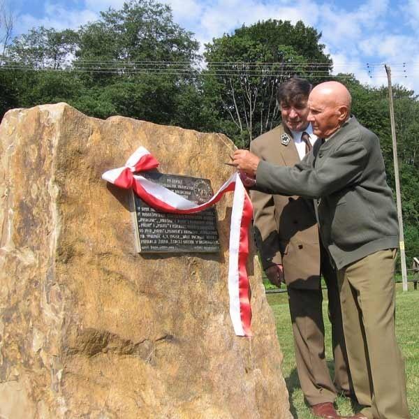 Tadeusz Misiuda odsłania obelisk poświęcony żubrom sprowadzonym w 1963 r. do Nadleśnictwa Stuposiany