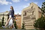 Reklama w stylu retro w przestrzeni miejskiej