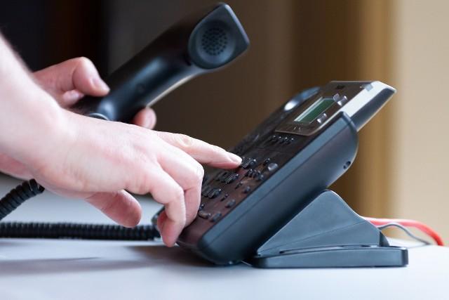 Rozmowa telefoniczna jest stałym elementem naszego codziennego życia. Towarzyszy nam w pracy i w życiu prywatnym. Chyba każdy z nas prowadzi przynajmniej kilka rozmów telefonicznych w ciągu dnia. Dlatego warto wiedzieć jak prawidłowo zachować się podczas rozmowy telefonicznej. Jakich błędów unikać? Co jest faux pas? Zobacz zasady dobrego wychowania w trakcie rozmowy przez telefon --->