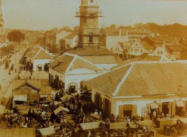 Tak wyglądał Rynek KościuszkiJózef (Jankiel)  Sołowiejczyk jest określany jako pierwszy fotograf, który upamiętnił życie codzienne  Białegostoku z przełomu XIX i XX wieku. O nim samym niewiele wiadomo. Jego ojciec Jakub był mieszczaninem, pochodził z Nieświeża i był także fotografem. Robił zdjęcia w  Słonimie, ale po pożarze w  roku 1881, przeniósł się do Grodna. Józef pomagał ojcu, fotografowanie wciągnęło go i stało się pasją. Zdobywa doświadczenie i postanawia usamodzielnić się. Przyjeżdża do Białegostoku. Początkowo atelier ma przy  ul. Lipowej, później przy Częstochowskiej - tu bowiem jego żona  kupiła działkę. Miejsce znajduje się  w centrum, naprzeciwko jest cyrk. Józef Sołowiejczyk szybko zdobywa sławę. Do jego atelier przychodzą fabrykanci, artyści. Jest też zapraszany do domów, by upamiętnić  spotkania rodzinne, czy ze znajomymi. A i sam często wychodzi na ulice ze statywem i robi zdjęcia, utrwalając na kliszach wszystko co dzieje się w mieście. Taki współczesny fotoreporter.