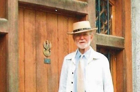Zygmunt Stankiewicz przed wejściem do swego Muzeum Historii Polskiej.