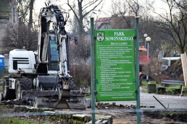 """Trwa modernizacja Parku Sowińskiego przy al. Konstytucji 3-go Maja w Zielonej Górze. Dzieje się tam naprawdę dużo. Park Sowińskiego ma być gotowy do kwietnia 2018. Byliśmy tam w środę, aby zobaczyć, jak przebiegają prace.Park Sowińskiego w Zielonej Górze przechodzi gruntowne zmiany. Najpierw wycięto część drzew, które były chore, spróchniałe, zagrażały bezpieczeństwu mieszkańców, a także np. świerki, które mieszkańcy po świętach sami tu nasadzili. Zieleni jednak tu nie zabraknie. Władze miasta zapewniają, że będą nowe nasadzenia drzew i krzewów. Obecnie trwają prace rozbiórkowe. Demontowana jest stara nawierzchnia i przygotowywana jest warstwa podbudowy pod ścieżki.Wyremontowany zostanie zbiornik wodny, który będzie udostępniony zielonogórzanom. Pojawią się nowe miejsca do odpoczynku - place i polany ze stałymi leżakami. Powstanie także fontanna. Zbudowane zostaną nowe ścieżki, postawione zostaną nowe ławki, lampy, a także stojaki na rowery. Cały teren parku ma być monitorowany. Uporządkowany zostanie także placyk przy pomniku Konstytucji 3 Maja, aby mogły się tam odbywać uroczystości.Kiedy poznamy efekt końcowy? Koniec prac modernizacyjnych Park Sowińskiego w Zielonej Górze przewidziany jest na kwiecień 2018 r. Koszt inwestycji wyniesie 4,5 mln zł.  Wykonawcą jest firma Exalo Drilling S.A.Zobacz też: Zaniedbany Park 1000-lecia w Zielonej Górze<script class=""""XlinkEmbedScript"""" data-width=""""640"""" data-height=""""360"""" data-url=""""//get.x-link.pl/eab8ea1a-5a16-0ce4-eb2a-a403104d785c,ee747c3d-2394-a883-94d1-83e45b825047,embed.html"""" type=""""application/javascript"""" src=""""//prodxnews1blob.blob.core.windows.net/cdn/js/xlink-i.js?v1""""></script><center><div class=""""fb-like-box"""" data-href=""""https://www.facebook.com/gazlub/?fref=ts"""" data-width=""""600"""" data-show-faces=""""true"""" data-stream=""""false"""" data-header=""""true""""></div></center>"""