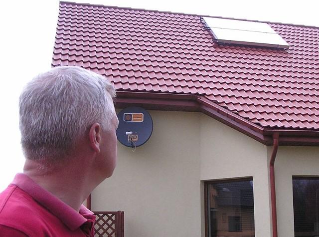 Kolektory słoneczne na dachu domu Tomasza Borowskiego.