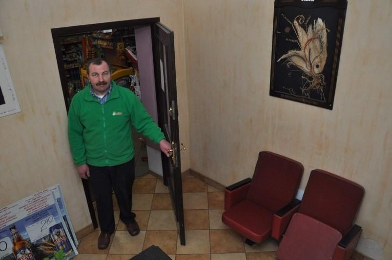 W tym korytarzu pomiędzy sklepem Bolesława Oliwy a pubem w Dąbrówce Łubniańskiej wkrótce postanie minigaleria.