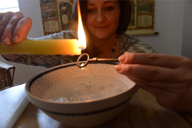"""Najpopularniejszą wróżbą na Andrzejki jest lanie wosku. Zapalamy świecę i lejemy wosk przez dziurkę od klucza do naczynia z wodą. Następnie wyjmujemy z wody uformowaną """"wysepkę"""" z wosku i za pomocą latarki, bądź lampki rzucamy cień na ścianę. To, co przypomina nam cień, związane jest z tym, kim będzie przyszły mąż  tej, która lała wosk.Zobacz także: Andrzejkowe wróżby w muszlach ostryg. Znalezienie perły to zapowiedź szczęścia"""