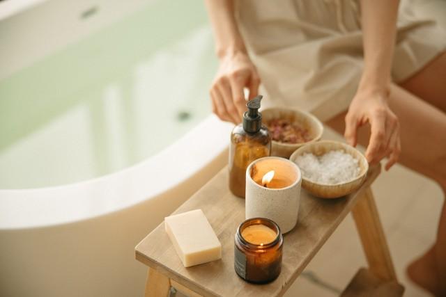 Czy łazienka to odpowiednie miejsce na przechowywanie kosmetyków do pielęgnacji i makijażu? Jak się okazuje, to nie. Trzymanie w tym pomieszczeniu produktów do pielęgnacji i makijażu ma wpływ na ich trwałość, właściwości odżywczych, a także na skórę twarzy i ciała.