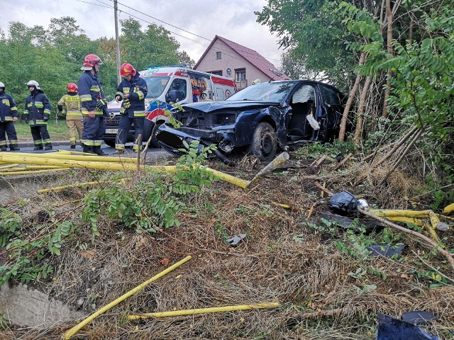 O tym wypadku poinformowali nas Czytelnicy. Doszło do niego na jednym z zakrętów na drodze wojewódzkiej nr 132 w Kamieniu Małym. Samochód osobowy wypadł z drogi i wpadł w przydrożne drzewa. Jedna osoba została odwieziona do szpitala.Do wypadku doszło we wtorek, 17 września. W Kamieniu Małym samochód na łuku drogi wypadł na pobocze i wpadł w rosnące tam drzewa. - Jedna osoba była zakleszczona w pojeździe. Po jej wydobyciu została przekazana ekipie pogotowia ratunkowego i odwieziona do szpitala - mówi GL dyżurny Komendy Wojewódzkiej Państwowej Straży Pożarnej w Gorzowie Wlkp.Do wypadku doszło na łuku drogi, po deszczu, niemal dokładnie w tym samym miejscu, gdzie na początku lipca tego roku kierowca bmw wypadł z drogi, skosił ogrodzenie i uszkodził stojący przy drodze budynek mieszkalny. >>> KAMIEŃ MAŁY. Kierowca bmw wypadł z drogi, skosił ogrodzenie i zatrzymał się na budynku. Było od niego czuć alkoholDokładne przyczyny wtorkowego wypadku zbadają policjanci. Kierowcy, którzy jeżdżą tą trasą przyznają, że po deszczu jest tu ślisko i po prostu trzeba jechać zgodnie z przepisami. W przeciwnym wypadku można wpaść w poślizg.Zobacz też wideo: Szaleńczy rajd ulicami Zielonej Góry. 26-latek uciekał policji.