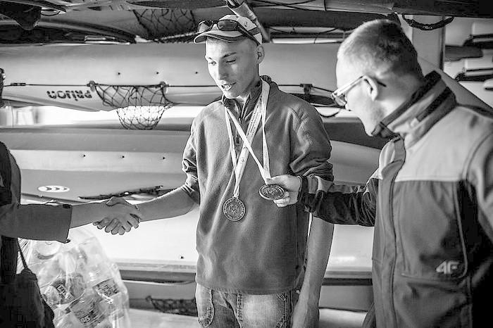 """Za fotoreportaż o zawodnikach sekcji kajakowej """"Szansa"""" Daniel Frymark otrzymał wyróżnienie"""