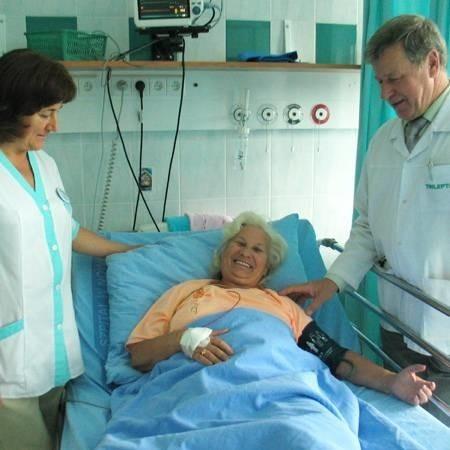 - Czuję się tutaj prawie, jak w domu. Lekarze są mili, pielęgniarki są cudowne - mówi Bogumiła Rogowicz z Bobrownik (w środku). Z pacjentką rozmawiają ordynator Jan Lis i pielęgniarka oddziałowa Alina Rajczyk