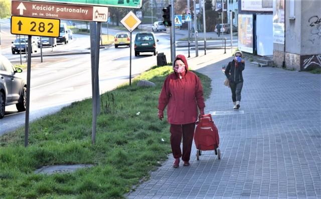 W czwartek, 16 kwietnia, między 7.00 a 8.00 sprawdzaliśmy, czy zielonogórzanie przestrzegają nowego nakazu zakrywania ust i nosa w miejscach publicznych. W czwartek, 16 kwietnia, między 7.00 a 8.00 fotoreporter GL sprawdzał, czy zielonogórzanie przestrzegają nowego nakazu zakrywania ust i nosa w miejscach publicznych. Okazuje się, że zdecydowana większość mieszkańców Zielonej Góry, których spotkaliśmy rano w centrum, stosuje się do nowych wymogów. Choć zdarzały się wyjątki, ale takich osób – bez maseczki czy choćby chustki na twarzy – spotkaliśmy naprawdę niewiele. [polecane]20023707,20003445;1;[/polecane]Jak prawidłowo nosić maseczkę