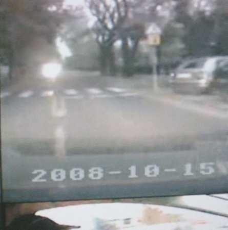 Na zdjęciu (słabej jakości, bo na ekranie komputera jest wyświetlany obraz z czterech kamer) widać wyraźnie, że kierujący manewr wyprzedzania zakończył przed przejściem dla pieszych, a nie na nim, jak sugeruje czytelnik.