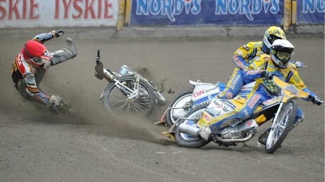 Bieg VII - Grzegorz Zengota zahaczył o maszynę Nickiego Pedersena (kask żółty) i miał poważny wypadek, po którym został wykluczony i musiał zrezygnować z dalszej rywalizacji. Wyścig został powtórzony i wygrał Duńczyk przed Gregiem Hanckokiem (poza kadrem) i Przemysławem Pawlickim (biały kask).