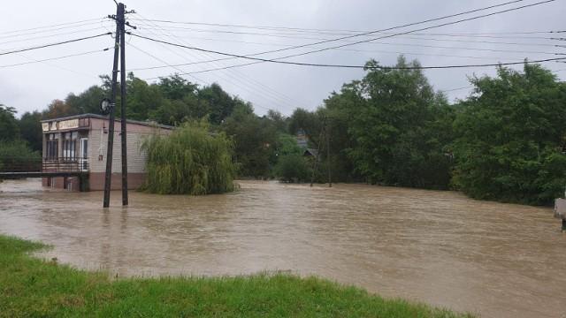Rzeka Biała w gminie Ciężkowicach przekroczyła stan alarmowy, a z brzegów wystąpiła rzeka Zborowianka